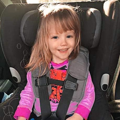 evitar que el niño se saque brazos silla coche