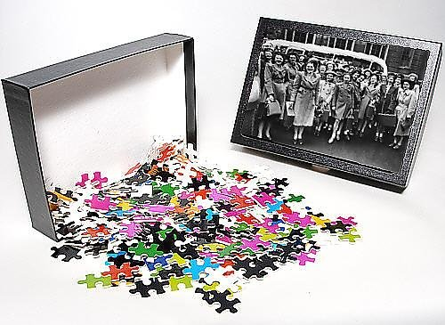 Photo Jigsaw Puzzle of Group of women in front of a coach