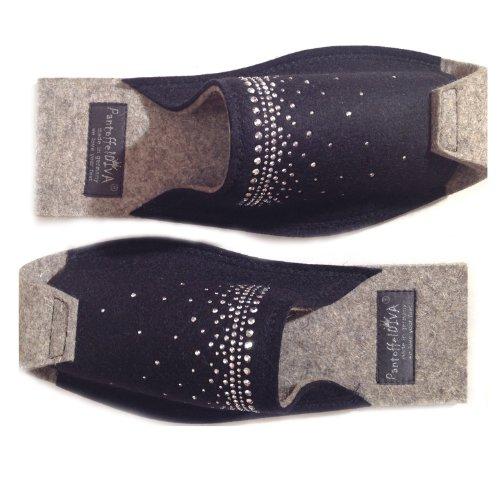 Heaven Schwarz - Damenpantoffel von PantoffelDIVA, schwarzer Merinofilz mit silberner Nieten Applikation Unisex Größe 38-42