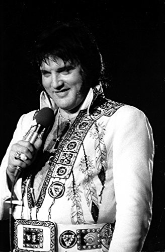 Elvis Presley performing in a beaded jumpsuit Photo Print (24 x 30) from Posterazzi