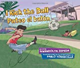 I Kick the Ball / Pateo El Balon (English and Spanish Edition)