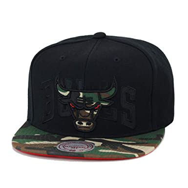 337bb0ee161 Amazon.com  Mitchell   Ness Blind Snapback BH7AF0 Black Chicago ...