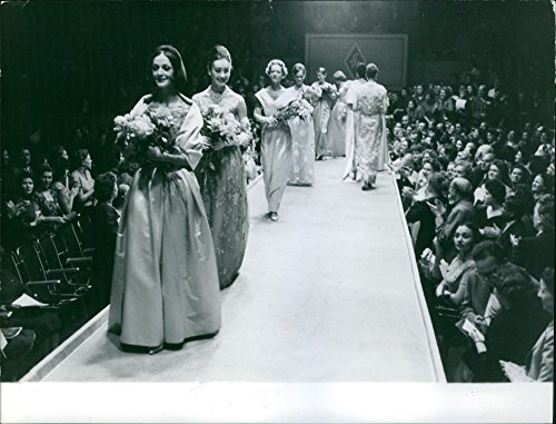 vintage-photo-of-dior-fashion-show-in-moscow-1959