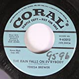 TERESA BREWER 45 RPM THE RAIN FALLS ON EV'RYBODY / PICK UP A DOODLE