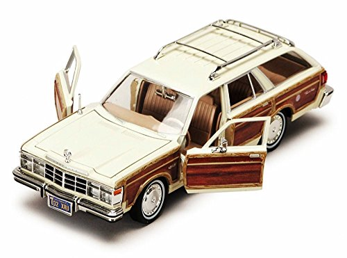 Motormax 1979 Chrysler LeBaron Town and Country Wagon 1/24 Scale Diecast Model Car Beige with Woodie Siding