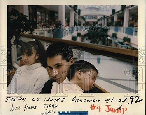 1994 Press Photo People at Lloyd Shopping Center - - Lloyd Center Shopping