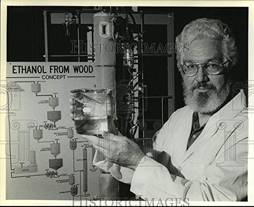 Vintage Photos 1982 Press Photo Aubrey Dixon Displays Work in Laboratory - ()