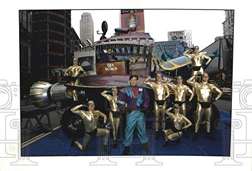 1998 Press Photo Sea World cast members pose with vehicle - tup04341
