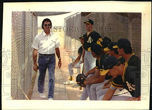 1992 Press Photo Tony La Russa and Oakland's minor-league players, Scottsdale AZ
