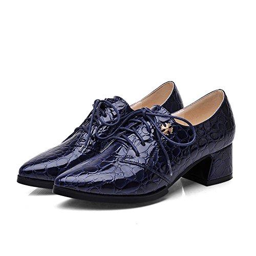 Las Muchachas De Balamasa Abrochan Las Bombas De Cuero Imitadas - Los Zapatos Azules