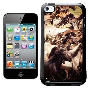 Fancy A Snuggle - Carcasa para iPod Touch 4G, diseño de caballos salvajes galopando