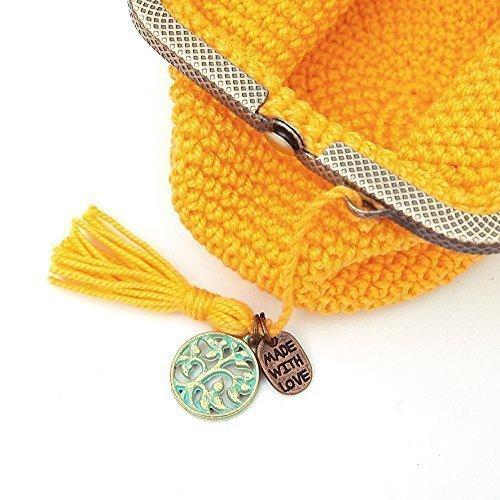 Monedero amarillo de ganchillo con bolas azules
