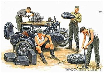Amazon.com: alemán Motorcycle Repair Crew con BMW R75 1/35 ...