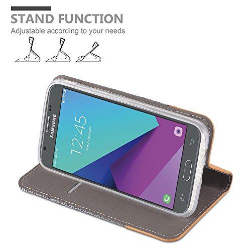 Cadorabo - Funda Estilo Book para >                                      Samsung Galaxy J3 (7) - Modelo 2017                                      < (Solo para la versión americana) de Diseño Tela / Cuero Arificial con Tarjetero, Función de Soporte y Cierre Magnético Invisib GRIS-CLARO-MARRÓN