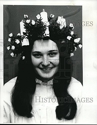 1975 Press Photo Janice Lundy crowned Lucia Bride at Portland Lloyd - Lloyd Portland Center