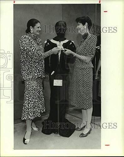 1987 Press Photo Pepe Anderson, Linda Finger admire costume; Houston -