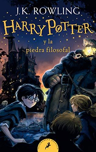 51jYgLTHC8L Harry Potter y la piedra filosofal es el primer volumen de la ya clásica serie de novelas fantásticas de la autora británica J.K. Rowling. «Con las manos temblorosas, Harry le dio la vuelta al sobre y vio un sello de lacre púrpura con un escudo de armas: un león, un águila, un tejón y una serpiente, que rodeaban una gran letra H.» Harry Potter nunca ha oído hablar de Hogwarts hasta que empiezan a caer cartas en el felpudo del número 4 de Privet Drive. Llevan la dirección escrita con tinta verde en un sobre de pergamino amarillento con un sello de lacre púrpura, y sus horripilantes tíos se apresuran a confiscarlas. Más tarde, el día que Harry cumple once años, Rubeus Hagrid, un hombre gigantesco cuyos ojos brillan como escarabajos negros, irrumpe con una noticia extraordinaria: Harry Potter es un mago, y le han concedido una plaza en el Colegio Hogwarts de Magia y Hechicería. ¡Está a punto de comenzar una aventura increíble!