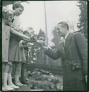 Vintage Foto de niños dando Flores A Maurice Auguste Chevalier.