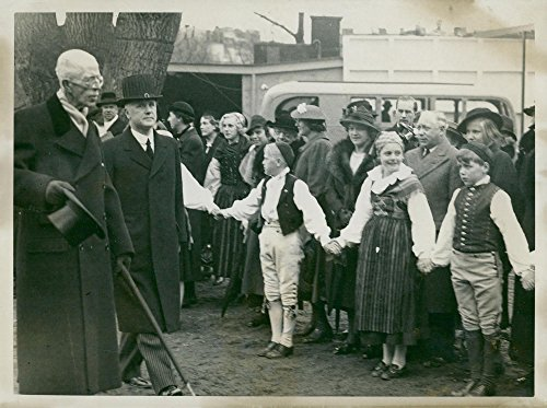 Vintage photo of Nationally-dressed youths form hedges around King Gustaf and Prof. Andreas Lindblom at Skanseninvigningen ()