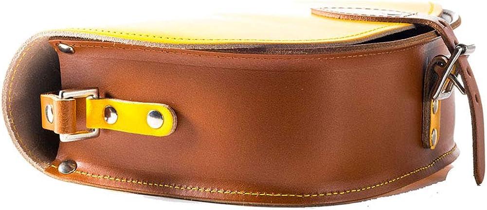 A to Z Leather Echtleder Sattel-Umhängetasche mit Schnallenverschluss und verstellbarem Riemen. Taschen können mit Initialen personalisiert werden. Gelb und Hellbraun