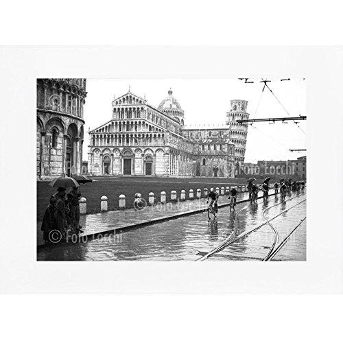Archivio-Foto-Locchi-Firenze-Stampa-Fine-Art-su-passepartout-40x30-cm-Immagine-di-ciclisti-del-Giro-della-Toscana-a-Pisa-nel-1935