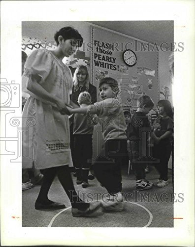 1992 Press Photo Rosa Ramos Dances with Child at Bethel AME Head Start Facility
