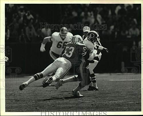 1986 Press Photo Houston Oilers linebacker Avon Riley tackles Redskins receiver.