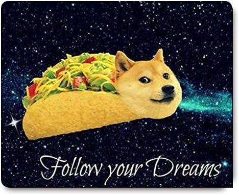 دوج إن تاكو دجاجة رول تطير على طول Galaxy Space Fllow Your