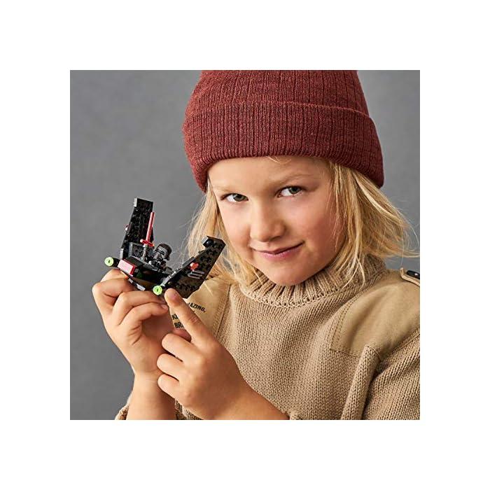 51khOwkdkSL Los recién llegados al mundo de los juguetes de construcción LEGO Star Wars podrán interpretar el papel de un emblemático villano con el modelo LEGO Microfighter: Lanzadera de Kylo Ren (75264), una versión de construcción rápida equipada con cañones que disparan de la que se vio por primera vez en Star Wars: El Despertar de la Fuerza. A los peques les encantará meterse en la piel del malo: pilotar la lanzadera, ajustar las alas para activar los modos de vuelo o aterrizaje, ¡y atacar a la Resistencia con 2 cañones que disparan y la espada láser de la minifigura de Kylo Ren! Kylo Ren cuenta con un flamante casco (novedad en enero de 2020), decorado como si estuviera agrietado, y su propia espada láser; además, se incluyen montones de ladrillos LEGO que animarán a los peques a usar su creatividad para construir algo diferente con otros sets LEGO Star Wars.