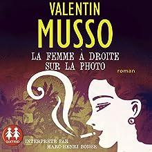 La femme à droite sur la photo | Livre audio Auteur(s) : Valentin Musso Narrateur(s) : Marc-Henri Boisse