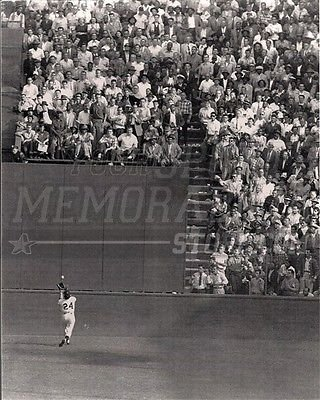 (Willie Mays NY Giants Famous Over the Shoulder Catch 8x10 11x14 16x20 Photo1185 - Size 11x14)