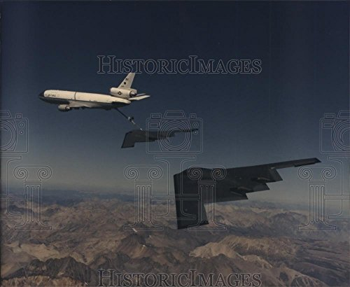 1993 Press Photo Two B-2 Stealth bombers rendezvous with a KC-135 (B2 Stealth Bomber Pictures)
