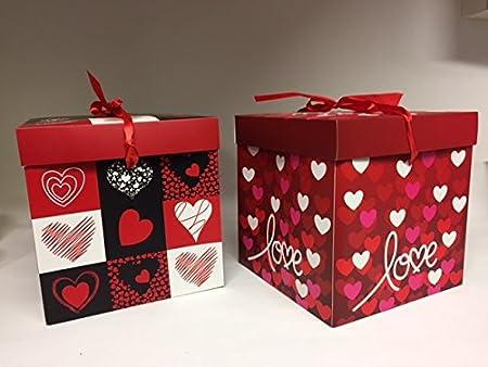 Dalbags - Lote de 2 cajas de regalo para paquetes de Navidad, San Valentín o cumpleaños, completo con cordeles, 2 colores con fondo rojo y diseño con corazoncitos, 21 x 21 x 21 cm: Amazon.es: Hogar