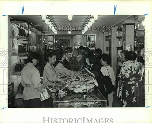 Vintage Photos 1990 Press Photo Japanese Tourists Shopping in Paris, France - hca67959