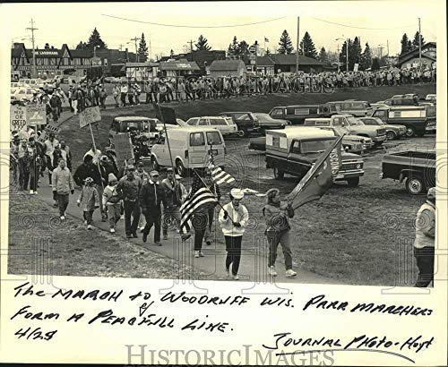 Vintage Photos 1987 Press Photo Woodruff Wisconsin Park Marchers Form Peaceful Line - mjc38456 (Woodruff Park)