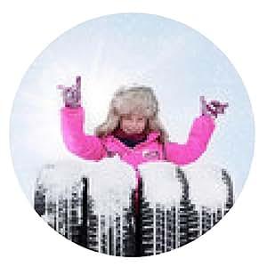 alfombrilla de ratón linda chica con neumáticos de invierno cubierto de nieve en frente de cielo azul - ronda - 20cm