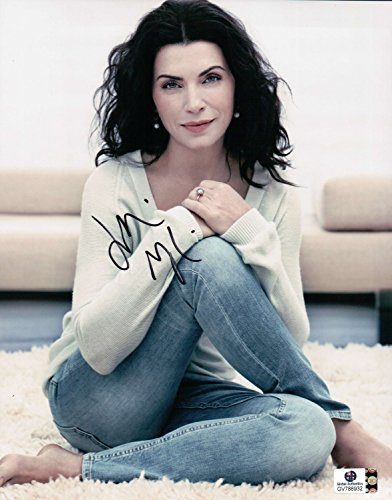 Julianna Margulies Signed Autographed 8X10 Photo Sexy Legs Crossed GV788932