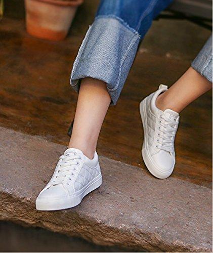 Aisun Damen Klassisch Kunstleder Kariert Low Top Flach Einfarbig Schnürsenkel Sneakers Weiß