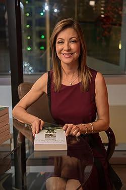 La autora Helena Sampedro con su publicación en mano.