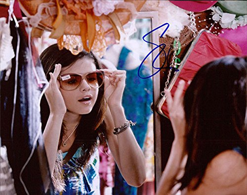 Signed Gomez, Selena 8x10 Photo. autographed Gomez Autographed Photo
