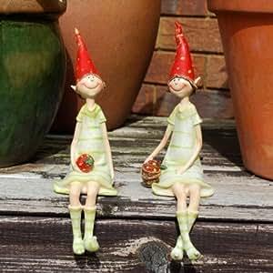 Set de 2 adornos de resina para jardín, diseño de duendes sentados y fresa