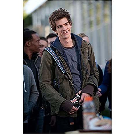 the amazing spider man andrew garfield as peter parker smiling with
