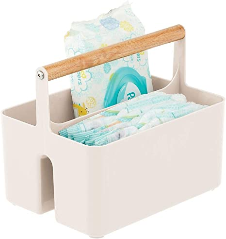 mDesign Cesta con asa para el cuarto del bebé – Caja organizadora de plástico sin BPA con asa de madera para biberones, pañales y más – Organizador de juguetes portátil con 2