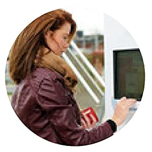 alfombrilla de ratón mujer joven que busca billete en la máquina expendedora de billetes - ronda - 20cm