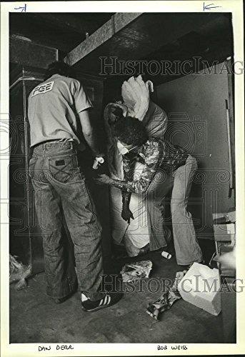 1980 Press Photo Gen Electric Workers Dan Derr   Bob Weiss Put Free Insulation