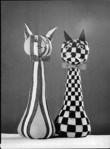 Vintage photo of The cats Miranda in striped cotton fabric and Miruta in chess-trimmed wool yarn by Anna Britta Andersson at the exhibition Sydda djur in De Fyras Bod (Trimmed Wool)