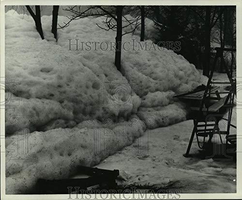 (1967 Press Photo Detergent foam cascades off Milwaukee River, Waukesha - Historic)