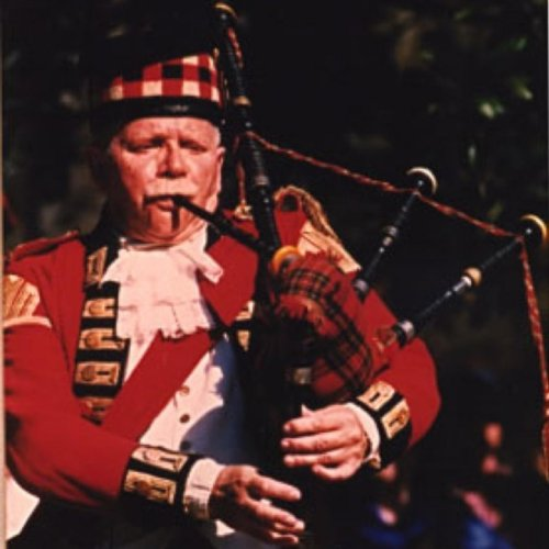 The Pipes, Fifes and Drums of the 42nd Royal ()