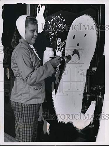Historic Images - 1960 Vintage Press Photo Kathy Hetick Age 10 Painting Ghost for Halloween