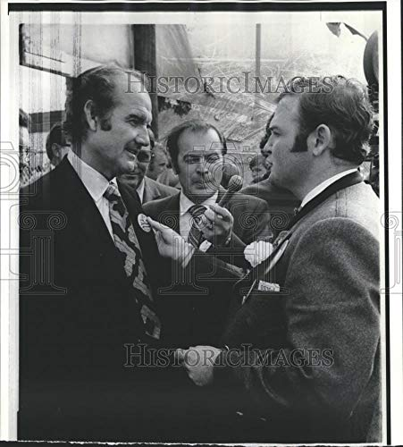 1971 Press Photo Senator George McGovern receives Oktoberfest button from mayor - Historic Images
